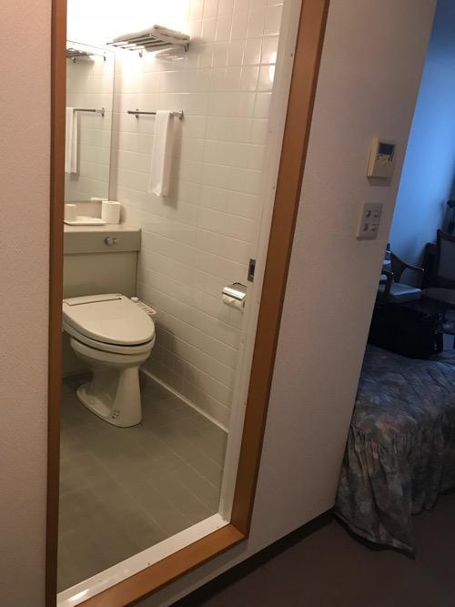 ホテルウェリィスミヨシのシングルルーム室内の様子(トイレ、ベッド)