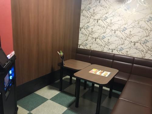 カラオケJOYSOUND新潟駅南口店のカラオケルーム室内