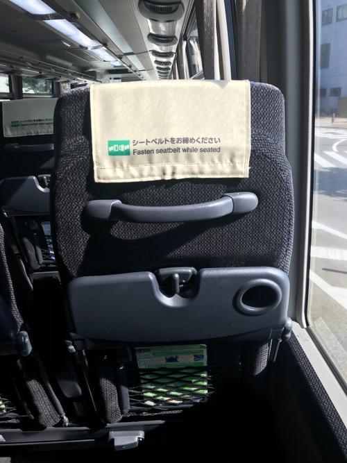 濃飛バスの飛騨古川発・新宿行の高速バス車内の座席背もたれ裏側の装備品(取っ手、テーブル、網ポケット)