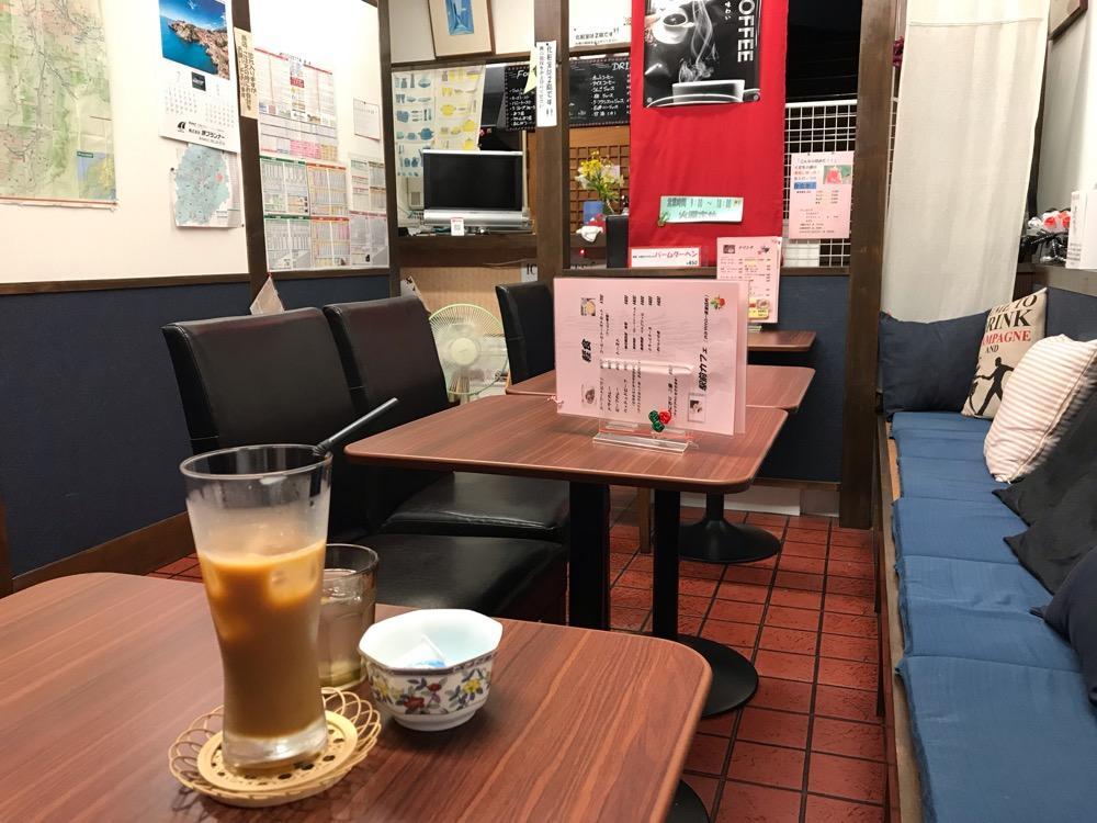 駅前カフェ 一茶堂の内観とアイスコーヒー