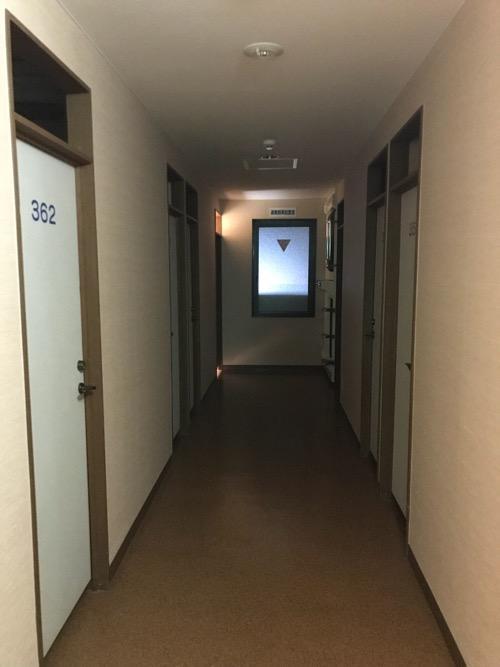 ホテルリバーサイド3階の宿泊室前の廊下