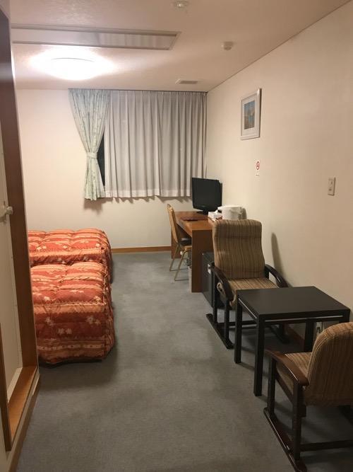 飛騨古川スペランツァホテルの客室入口から見た客室内の様子