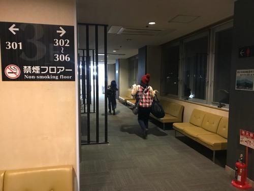 エクストールイン西条駅前の3階禁煙フロアーの廊下を歩く妻と娘