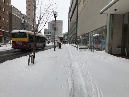 雪に覆われた金沢フォーラス前の歩道