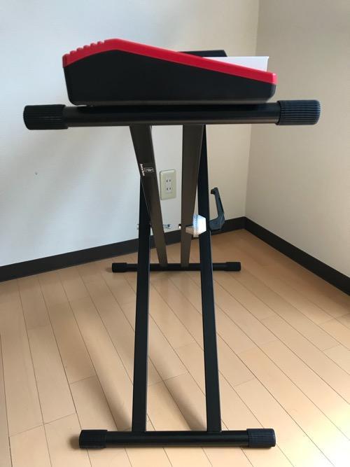 Dicon Audio KS-020 Keyboard Stand X型キーボードスタンド ダブルレッグの上に設置した61鍵盤のキーボード(Roland GO:KEYS)を横から見た時の様子