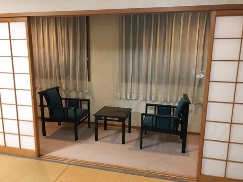 飛騨古川スペランツァホテルの窓際のテーブルと椅子