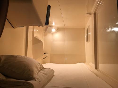 ホテルリバーサイド3階のカプセル室の上段(点灯時の明るい様子)