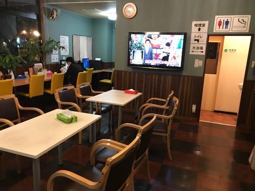 ホテルリバーサイドの食堂、テーブル、椅子、テレビ