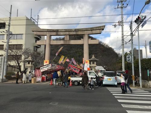 愛媛縣護國神社の鳥居、露天の商店