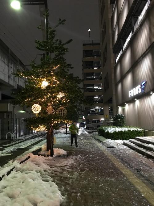 金沢駅と金沢フォーラスの間の通りにあるクリスマスツリーと雪景色
