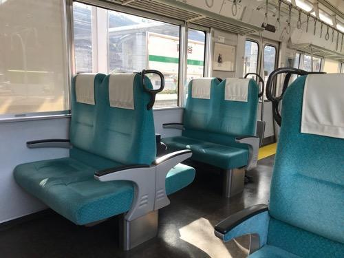 飯田線・天竜峡行きの普通列車の車内(座席の表側)