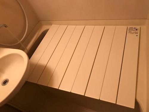 コンパクト収納風呂ふた ネクスト M9 横70cm、長さ90cm(風呂ふたを浴槽にかぶせて蛇口からお湯を注ぎ込む様子)