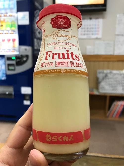 古川温泉 湯楽の自動販売機で購入したらくれんのフルーツ乳飲料