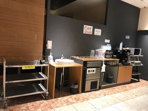 エクストールイン西条駅前の1階フロントの隣にある無料の飲み物(フリードリンク)コーナー