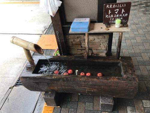 平湯バスターミナル前の流水で冷やされているおいしそうな冷やしトマト
