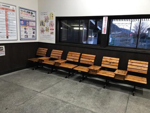 JR田沢駅の駅舎内の椅子