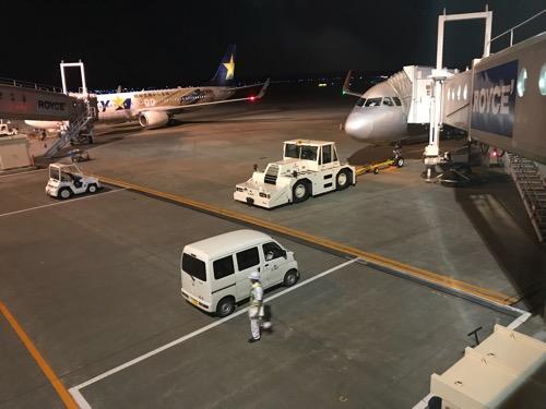 夜の新千歳空港 19番搭乗口から見た飛行機(ジェットスター GK124)