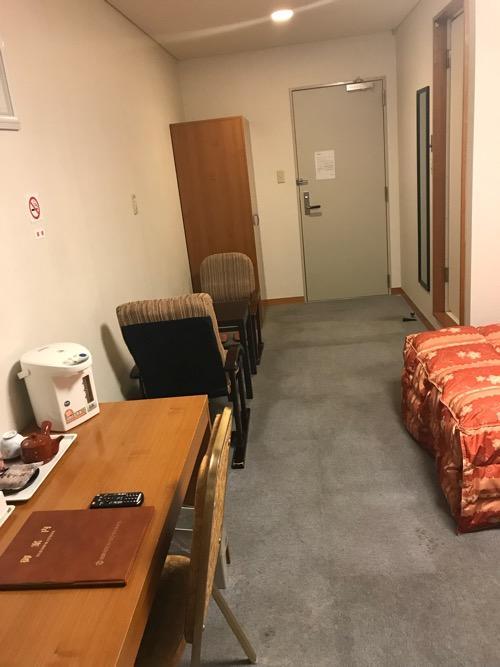 飛騨古川スペランツァホテルの窓側から見た客室内の様子