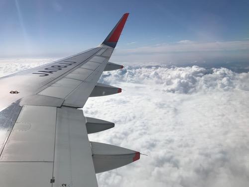 成田空港6時10分発、松山空港7時50分着の飛行機(ジェットスター GK401)の窓から見えるモコモコの雲)