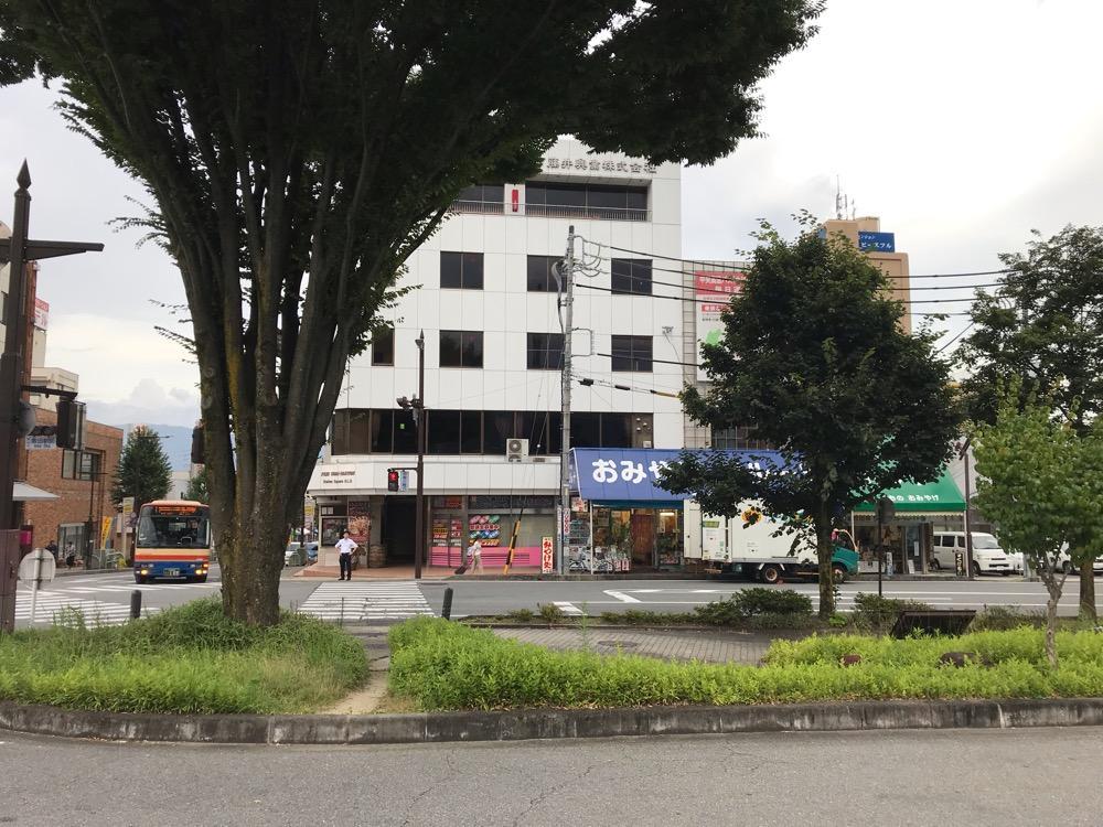 JR飯田駅の高速バス乗り場前から眺めた駅前カフェ 一茶堂の建物外観