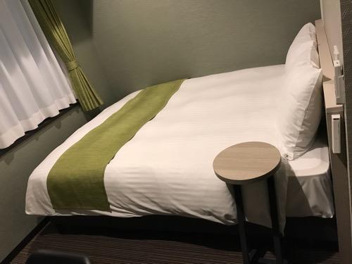 くれたけイン名古屋久屋大通のシングルルームのベッド(横から見た様子)