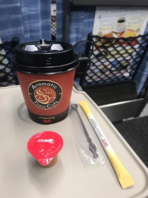 特急スーパーあずさ号の車内販売で購入したブレンドコーヒーSサイズ