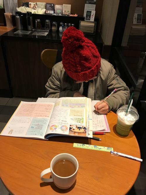 スターバックス松山湊町店で勉強する小学六年生の娘