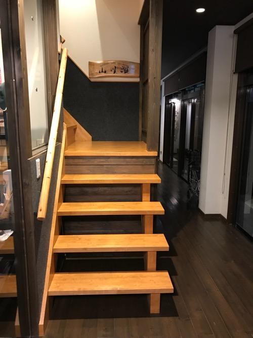 湯之谷温泉のゲストハウス部屋「山・川・海」への階段