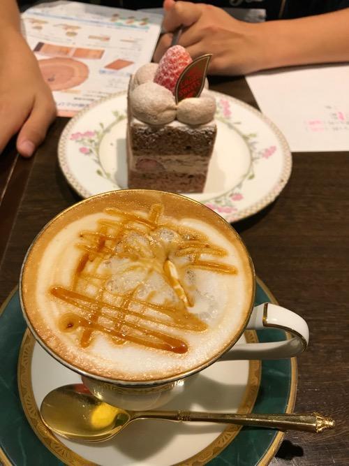 羅座亜留 藤原店のキャラメルマキャート・ホットとケーキ
