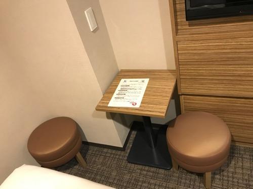 ヴィアイン名古屋新幹線口のエコノミーツインのミニテーブル