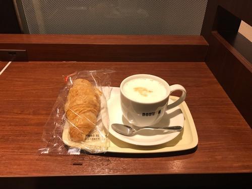 ドトールコーヒーショップ船橋駅南口店のカウンター席のコンセント、豆乳ラテ・ホット・Lサイズ、クロワッサン