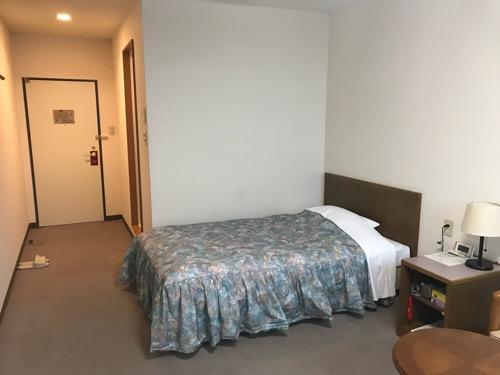 ホテルウェリィスミヨシのシングルルーム室内の様子(ベッド)