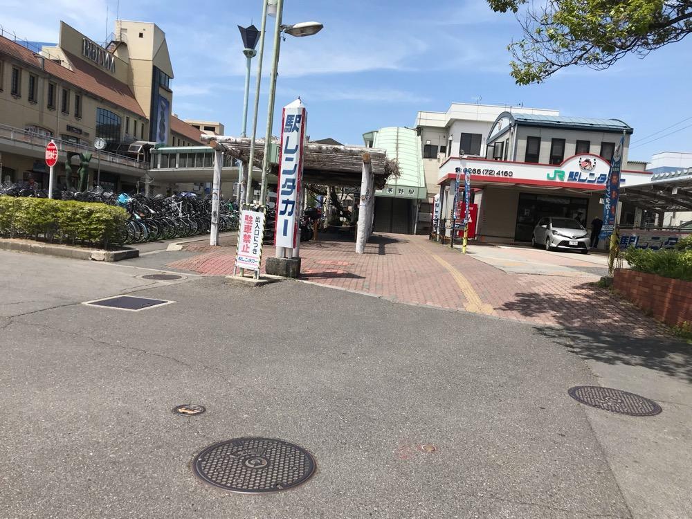 長野県茅野市の下水道のマンホールの蓋(アスファルトの上)とJR茅野駅