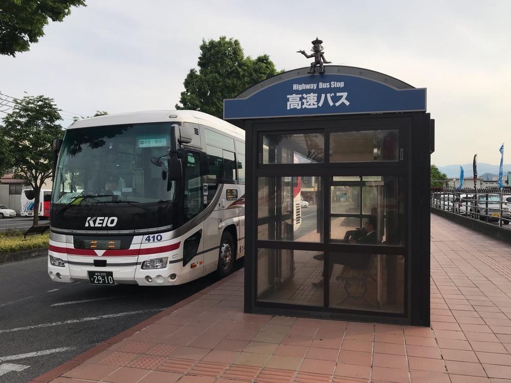JR飯田駅前の高速バス乗り場に到着した東京(新宿)行の高速バス
