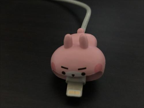 CABLE BITE カナヘイの小動物01 うさぎCABにiPhoneのライトニングケーブルを装着した時の様子
