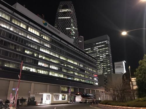 新宿西口 明治安田生命ビル前26番のりばに停車中のオレンジライナー号(遠景、夜景)