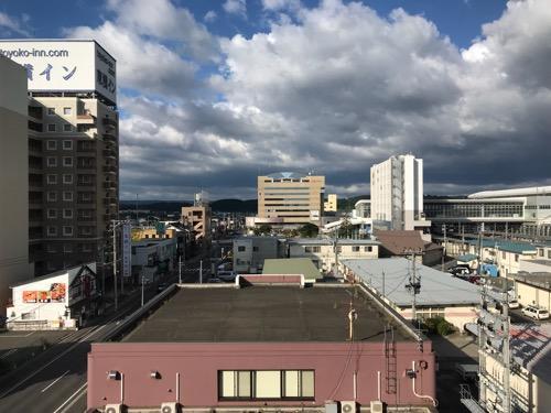 コンフォートホテル八戸のエレベーター前の廊下の窓から眺めた南西方向の風景(東横インなど)
