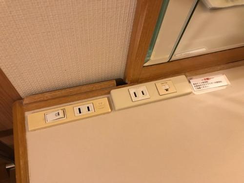 ホテルニューオータニ高岡の客室入口から見た禁煙シングルルームの机の上のコンセント