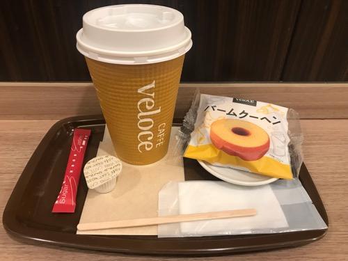 カフェ・ベローチェのバームクーヘンとブレンドコーヒーLサイズ