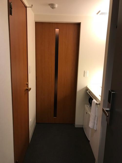 天然温泉 加賀の湧泉 ドーミーイン金沢の禁煙様ダブルルーム室内の入口付近