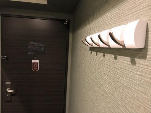 くれたけイン名古屋久屋大通のシングルルームの衣装掛けフック(開いた状態)