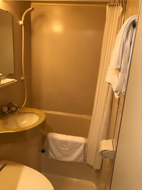 ホテルターミナルインの禁煙シングルAの浴室(シャワー、浴槽、洗面台、トイレ)