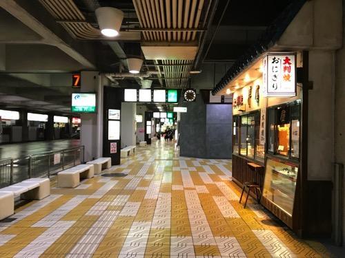 万代シテイバスセンターの7番乗り場、おにぎりの寿屋付近