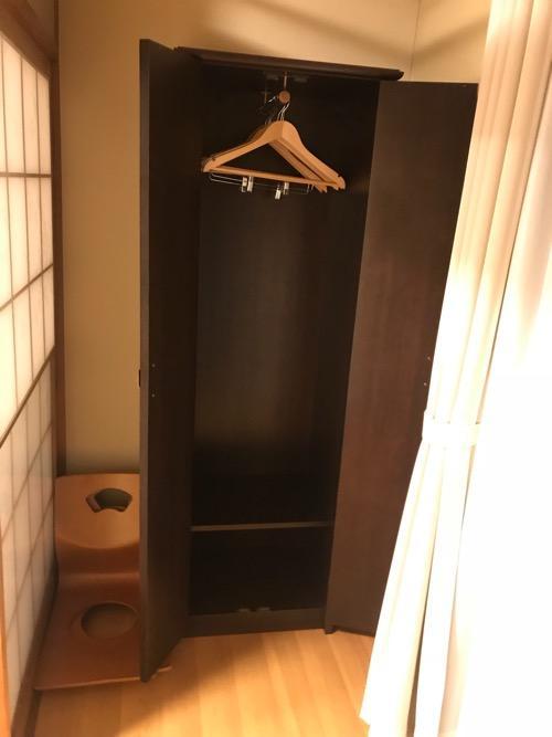 エクストールイン西条駅前の3階の和室タイプの部屋の衣装ダンスを開いた様子