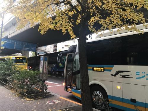 池尻大橋バス停に停車するJR四国バスの高速バス(夜行バス)