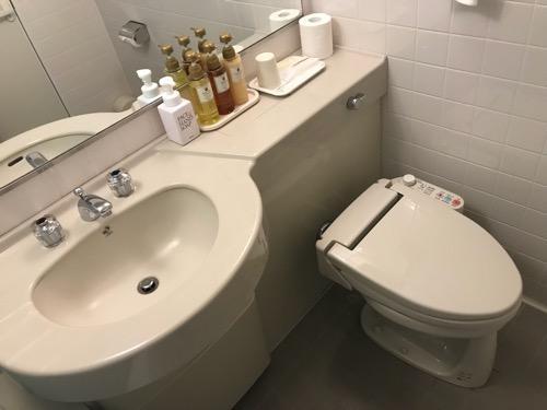 ホテルウェリィスミヨシのシングルルーム室内の様子(洗面台、トイレ)