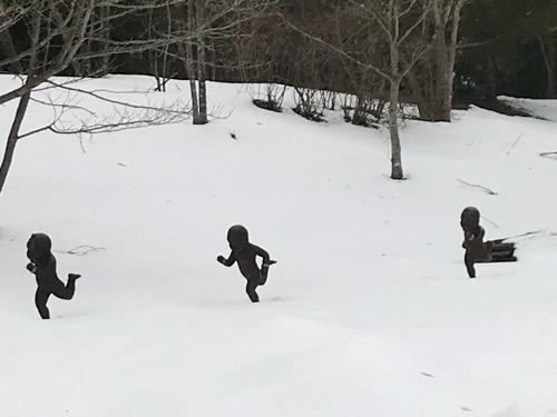 宮城大学キャンパス内の雪原を走る子供達(拡大写真)