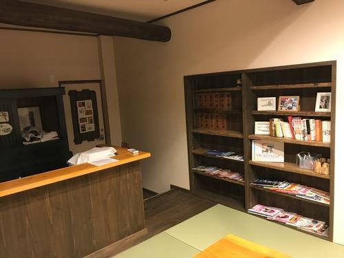 湯之谷温泉の談話室のカウンターと本棚