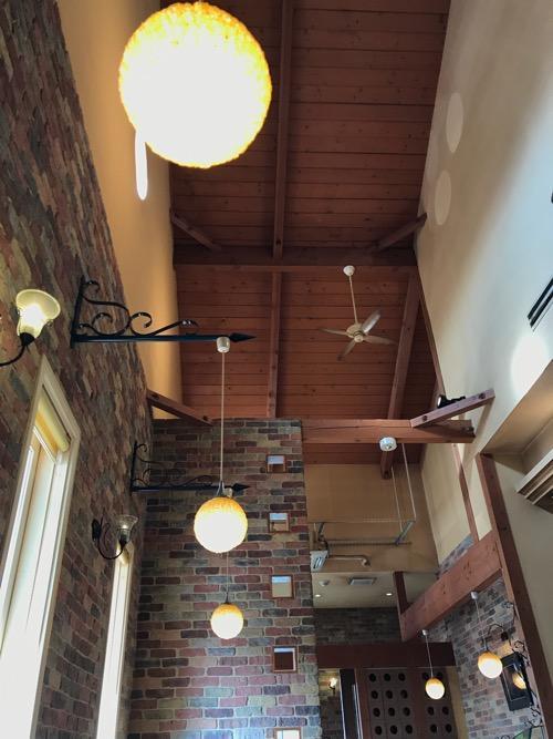 三日月とカフェ新空港通り店の喫煙席コーナーの天井など