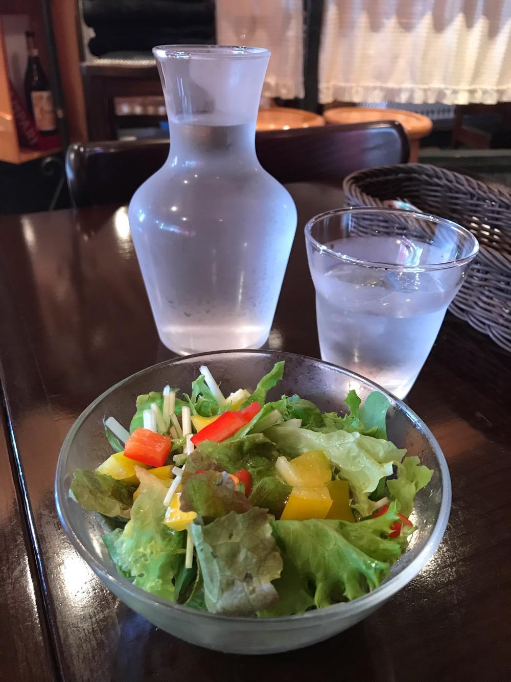 俺流生パスタ&ワヰン酒場 TATSU屋製麵所のパスタランチのサラダ、おしゃれな水入れとコップ